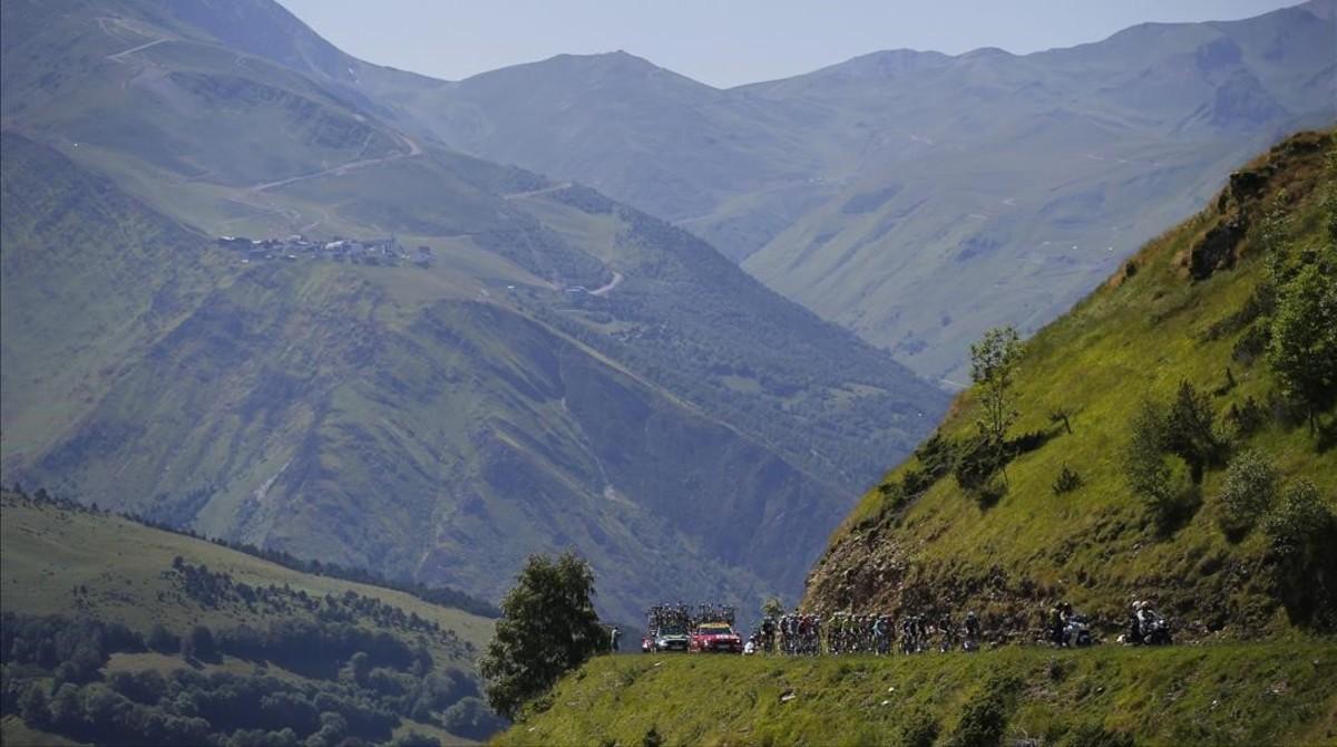 El pelotón del Tour, camino de Bagnères-de-Luchon, en los Pirineos.