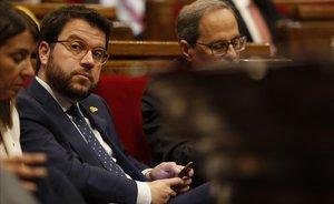 Pere Aragonés, junto a Quim Torra, en el Parlament.