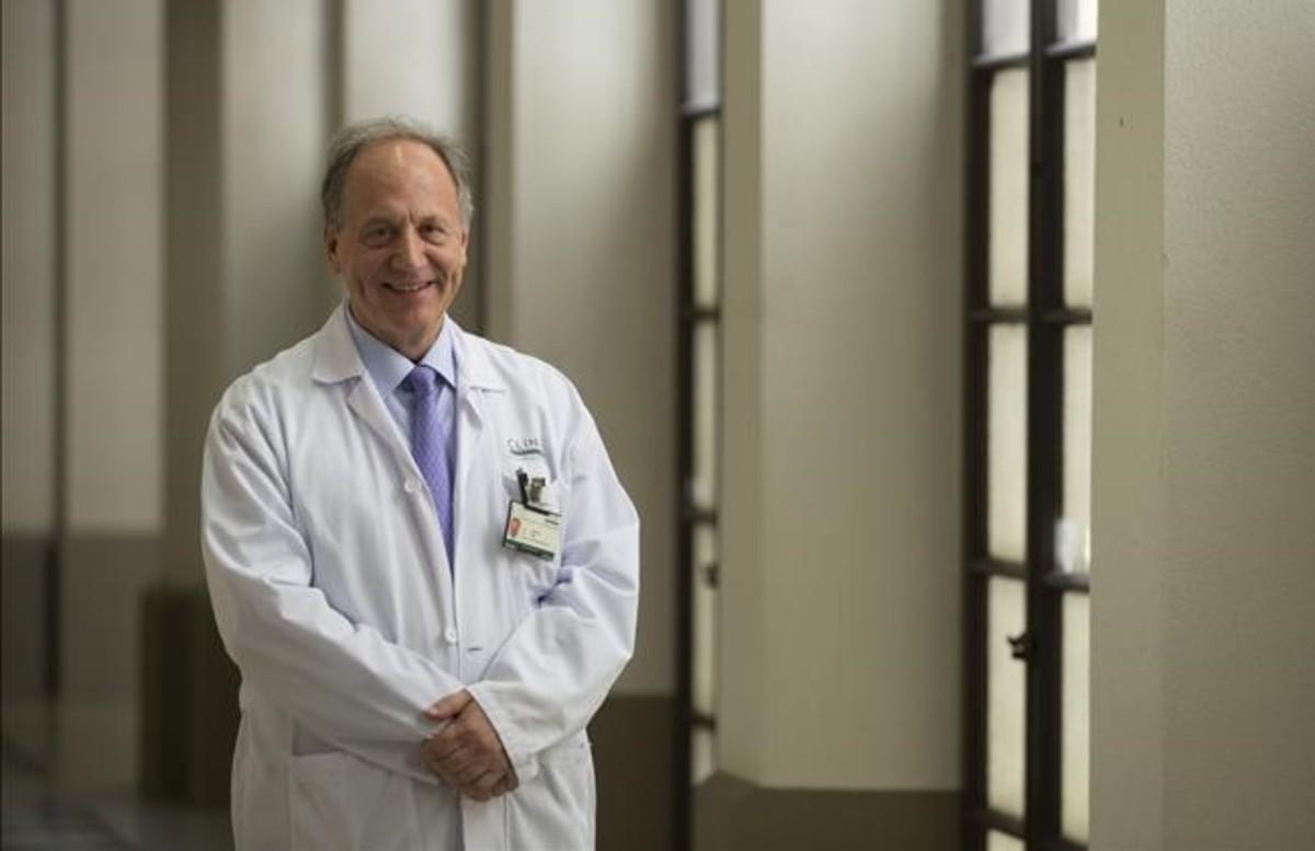 El oncólogo Pere Gascón, en el Hospital Clínic, este lunes.