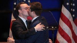 Pete Buttigieg (derecha) besa a su maridoChasten tras anunciar su retirada de las primarias del Partido Demócrata.