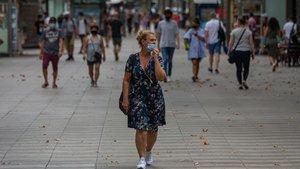 Persona paseando por la Rambla de Barcelona.