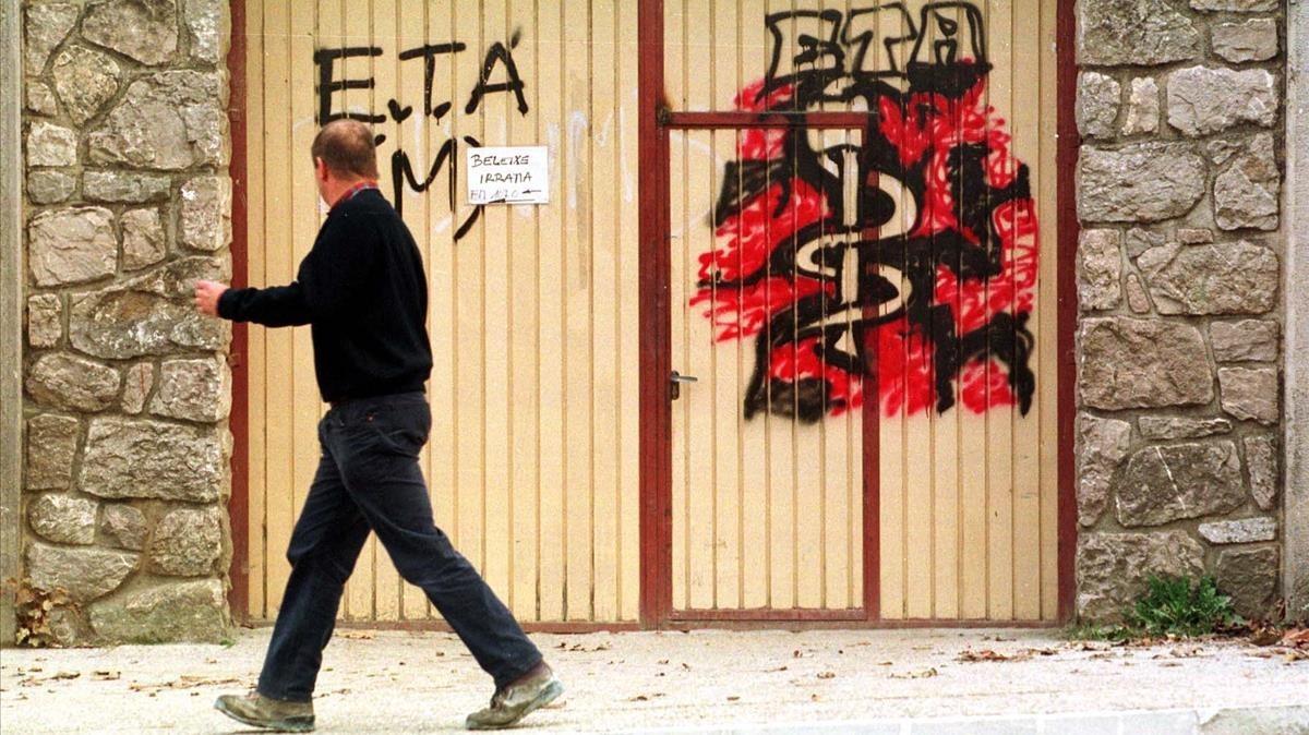 Pintada con el anagrama de ETA en Etxerri-Aranaz, en diciembre de 1999.
