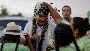 El presidente de Bolivia, Evo Morales, llega a su colegio electoral para votar, este domingo.