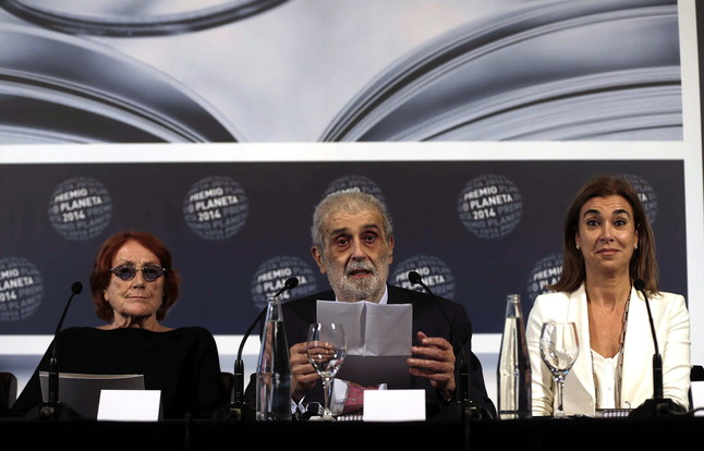 El presidente del Grupo Planeta, José Manuel Lara, junto a las escritoras Rosa Regás (izquierda) y Carmen Posadas.