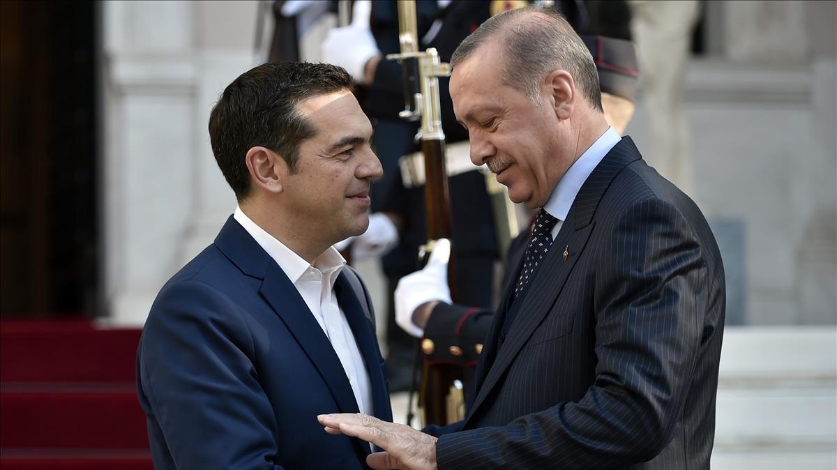 El primer ministro griego, Alexis Tsipras, saluda al presidente turco Recep Tayyip Erdogan.