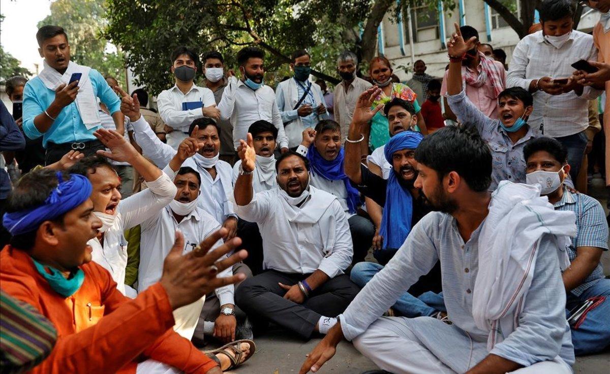 Protestas frente al hospital de Nueva Delhi por la muerte de una mujer fallecida tras una violación múltiple.