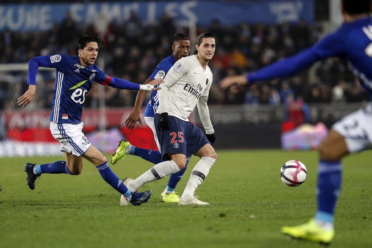 Adrien Rabiot, de blanco, el 5 de diciembre en el partido del PSG ante el Estrasburgo.