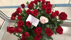 Un ciudadano anónimo envía flores a los profesionales del CAP Poblenou de Barcelona.