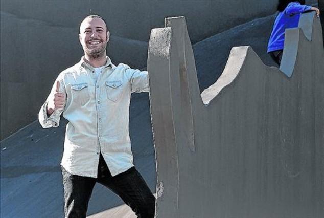 El humorista Andreu Casanova, en el dragón del parque de L'Espanya Industrial.