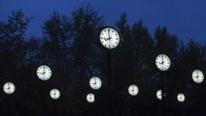 Relojes en una instalación del artista Klaus Rinke en Dusseldorf.