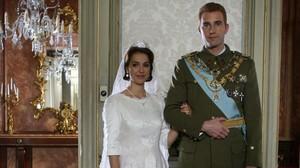 Cristina Brondo y Fernando Gil, como Sofía y Juan Carlos, en la miniserie de Tele 5 El Rey.