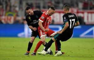 Ribéry intenta marcharse entre Lucas y Carvajal.