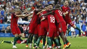 Los jugadores portugueses celebran el gol de Éder.