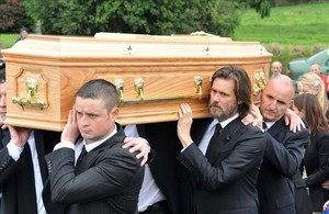 El actor Jim Carrey, en el funeral de su exnovia Cathriona White.