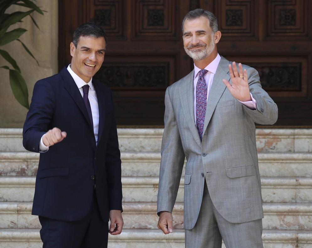 El rey Felipe VI y el presidente del Gobierno,Pedro Sánchez, en el Palacio de Marivent.