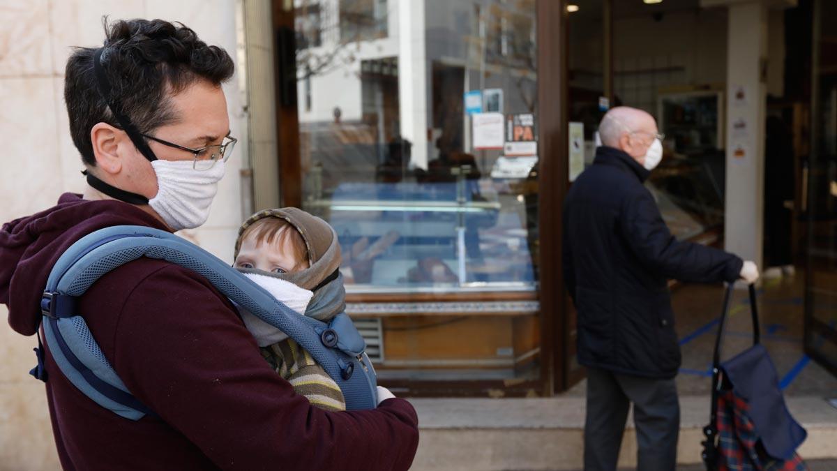 Sanidad eleva a 17.147 los infectados por coronavirus y a 767 los fallecidos. En la foto, un padre soltero en la cola del pan, en Barcelona.