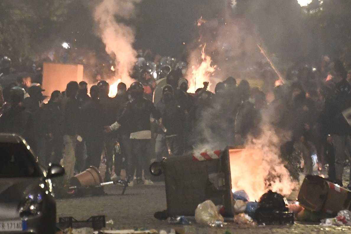 Naples (Italy), 23/10/2020.- Hundreds of people clash against police during the protest over the curfew and the prospect of lockdown in Naples, Italy, 23 October 2020. The governor of Campania ordered from 23 October, a curfew from 11 p.m. till morning due to spike in coronavirus infections in the region. (Protestas, Italia, Nápoles) EFE/EPA/STRINGER