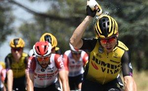El ciclista holandés, Steven Kruijkwijk, tercero de la general, se refresca durante la 16ª etapa del Tour.
