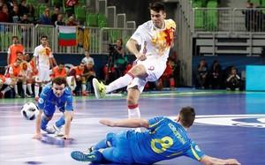 Sergio Lozano ante dos defensas de Ucrania.