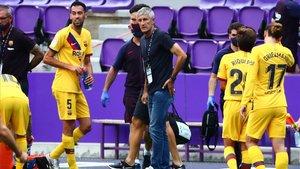 Setién junto a sus jugadores en la pausa de hidratación de Valladolid