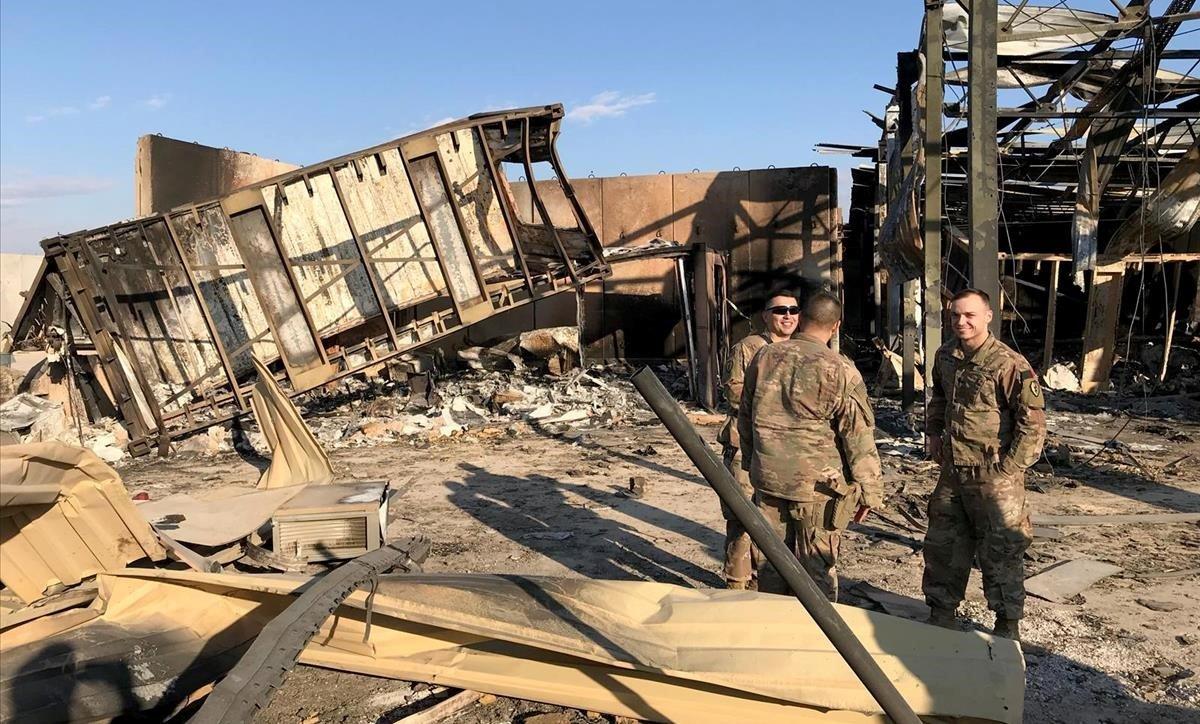 Soldados estadounidenses en el lugar donde un misil iraní golpeó la base aérea de Ain al-Asad, en la provincia iraquí de Anbar.