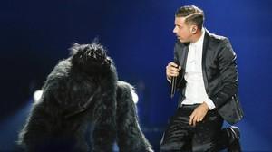 El cantante italiano Francesco Gabbani durante los ensayos del festival Eurovision 2017, con un bailarín disfrazado de gorila.