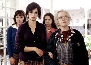 Penélope Cruz y Chus Lampreave, con Lola Dueñas y Yohana Cobo detrás, en una escena de la película Volver de Pedro Almodovar.