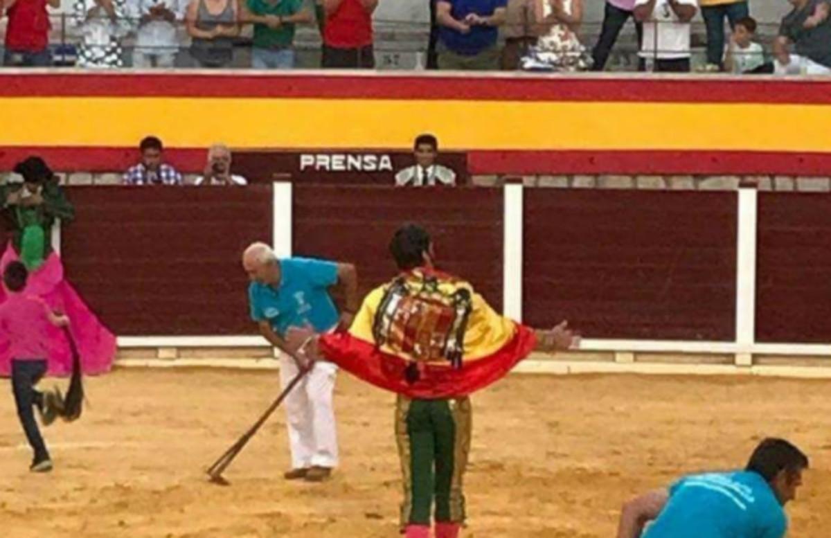 El Govern central defensa el premi de Tauromàquia a Padilla després de la seva exhibició de la bandera franquista