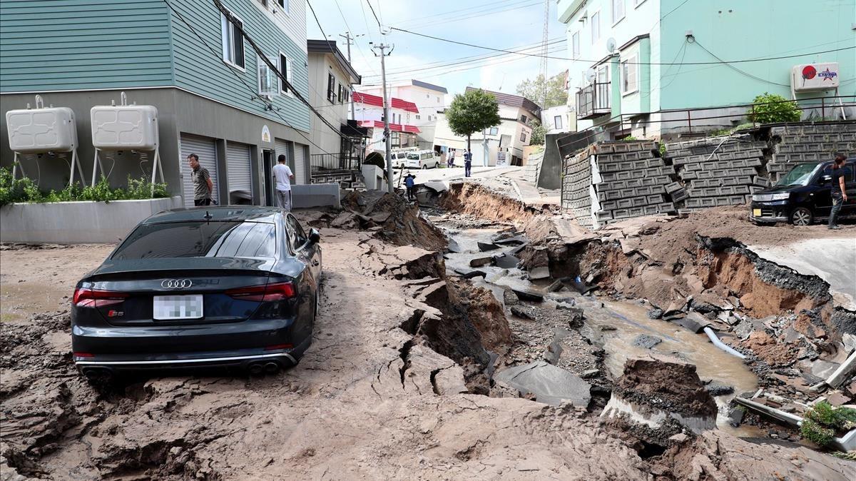 Un vehiculo permanece atrapado entre el lodo en una calle destruida tras elfuerte terremoto.