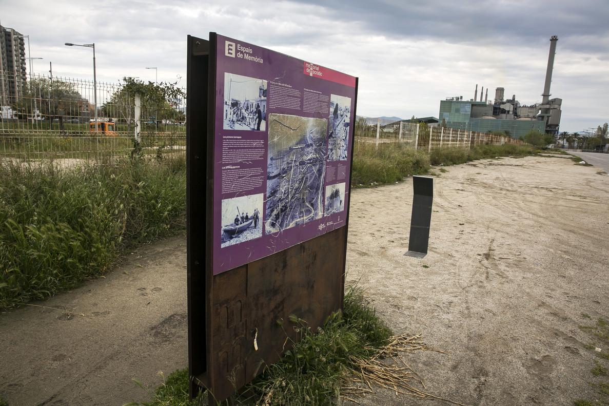 El terreno en el que se construirá el hotel, trasel deterioradocartel que indica que allí se alzaba el parapeto del Camp de la Bota.