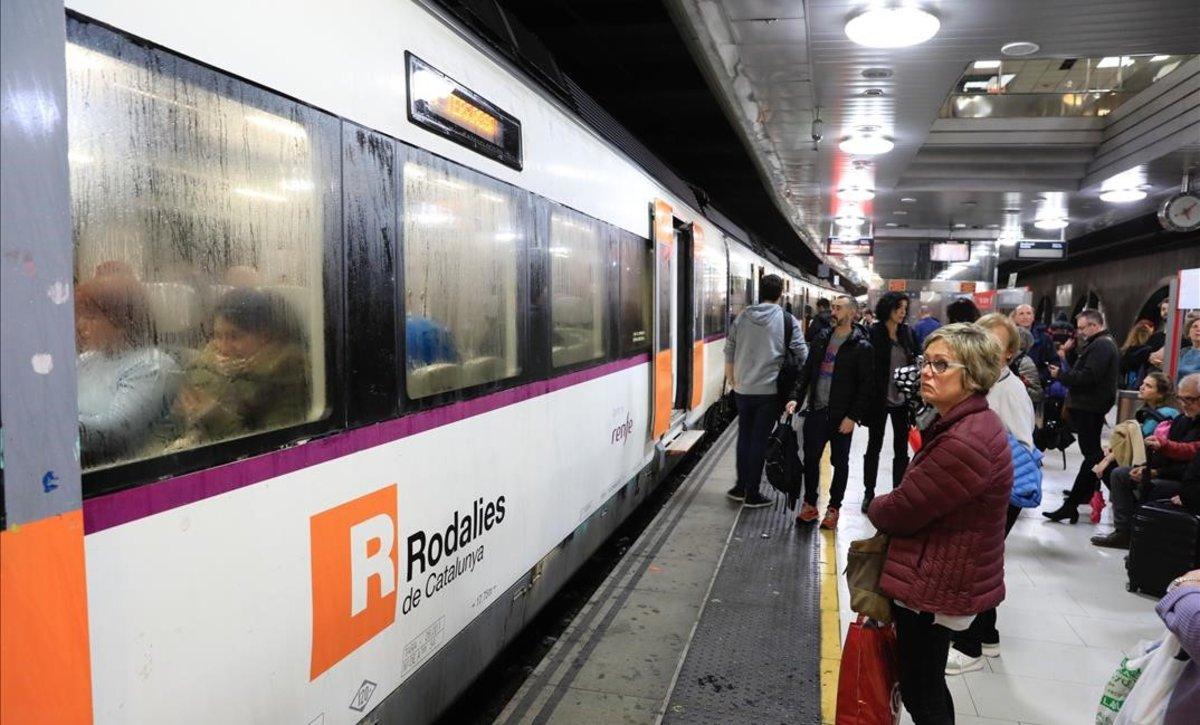 Un tren de Rodalies, en la estación de plaza Catalunya