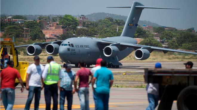 Tres aviones militares de Estados Unidos dejan toneladas de ayuda para Venezuela en Cúcuta (Colombia).