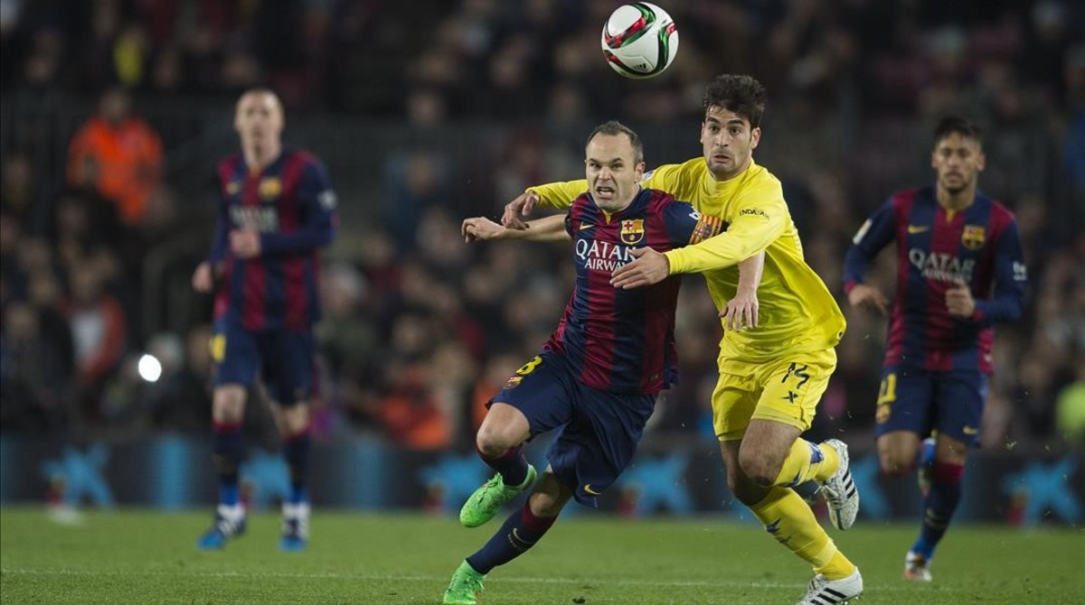 Trigueros pugna con Iniesta en las semifinales de Copa de la pasada temporada.