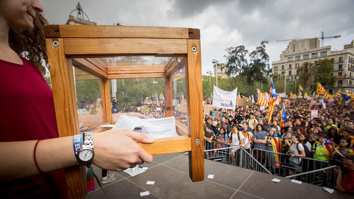 Una activista sostiene una urna en una manifestación a favor del referéndum de independencia de Catalunya.