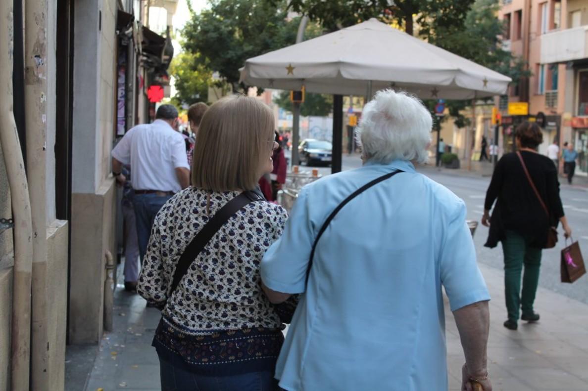 Una cuidadora de una persona mayor en Barcelona.