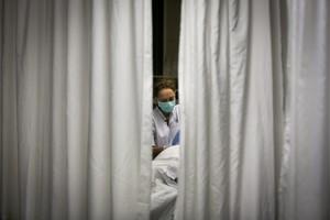 Una enfermera atiende a un paciente en la UCI del Hospital Clínic de Barcelona.