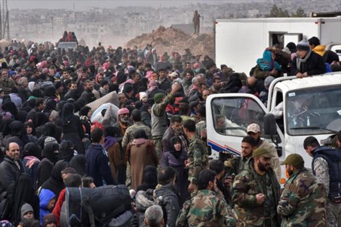 Una muchedumbre trata de de huir de los barrios orientales de la ciudad siria de Alepo.