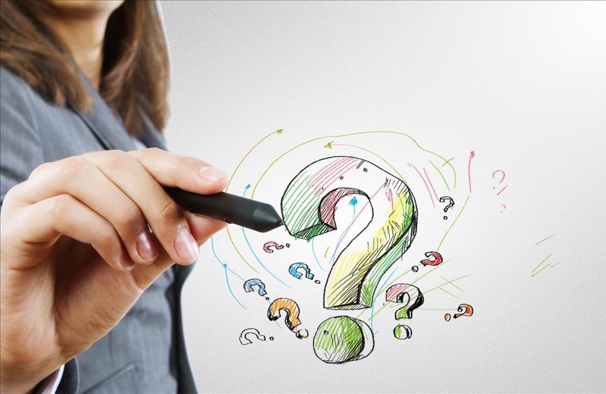 Una mujer dibuja un signo de interrogación.