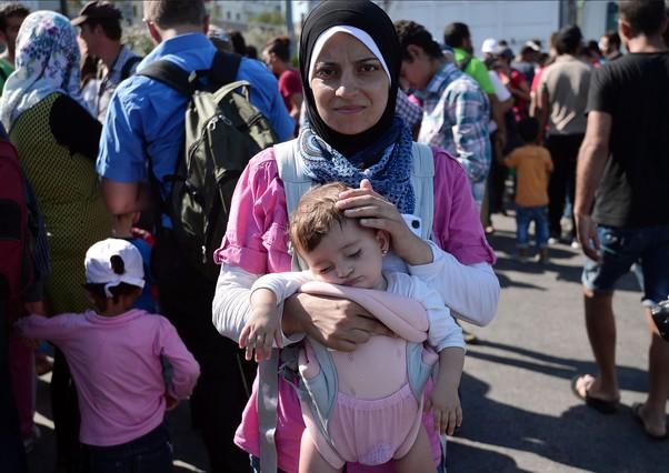 Una refugiada siria con su hija tras llegar a Grecia.