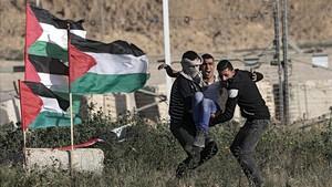 Manifestantes evacuan a un herido en las protestas de este sábado en Gaza.