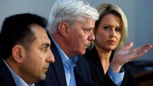 El editor de Wikileaks, Kristinn Hrafnsson, entre el exconsul de Ecuador Fidel Narvaez y la abogada de Assange Jennifer Robinson.