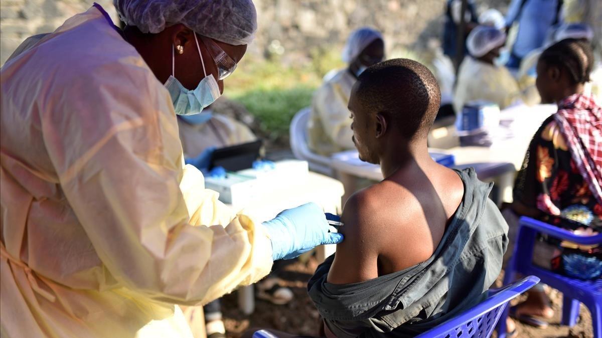 Un trabajador sanitario inyecta la vacuna preventuva del ébola a un hombre de Goma, en la República Democrática del Congo.