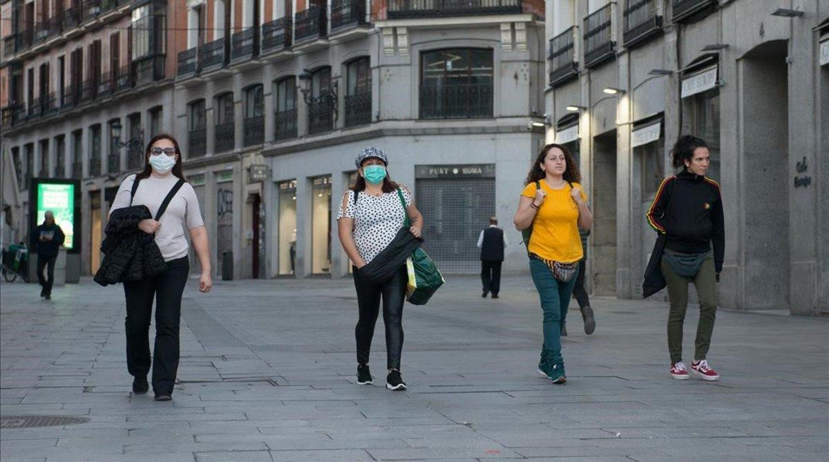 Transeúntes por el centro de Madrid el primer día del estado de alarma.
