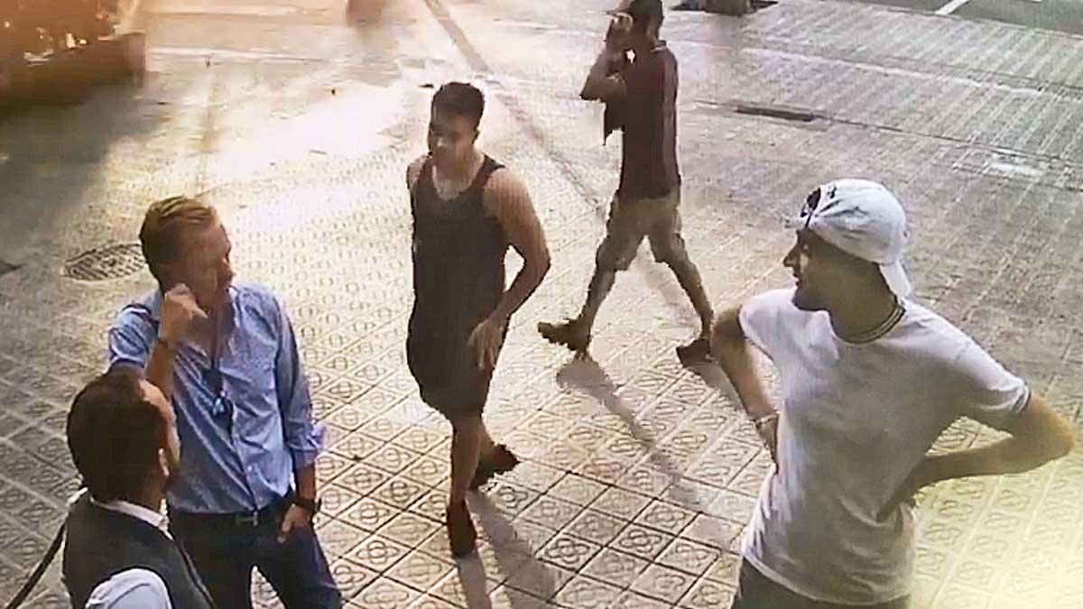 Una cámara de seguridad captacomo roba un grupo de relojeros a un turista de Barcelona, en la entrada de un hotel.