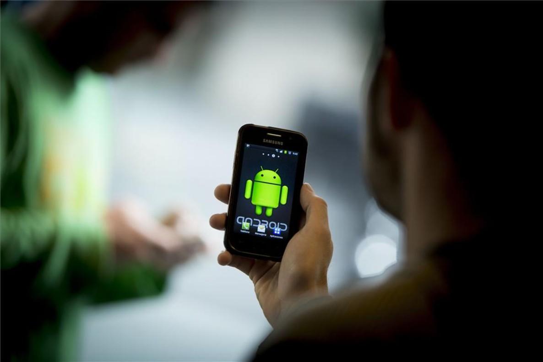 Un usuario con un móvil Android.