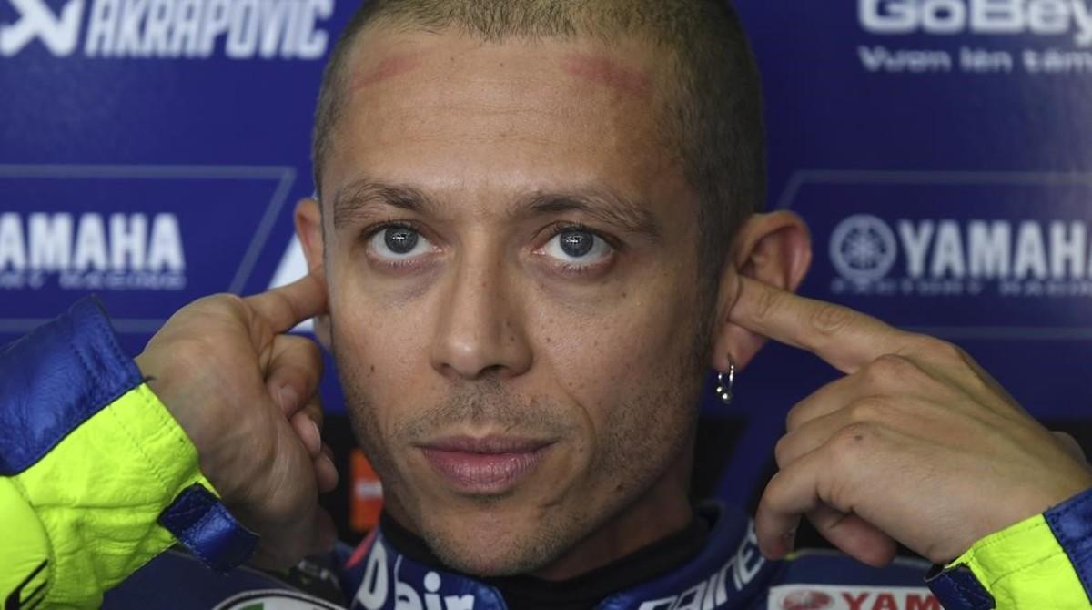 Valentino Rossi (Yamaha) se coloca lo tapones en sus oídos antes de un entrenamiento.