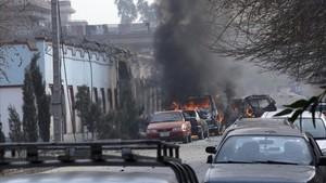 Vehículos incendiados tras el ataque suicida contra Save The Children en Jalalabad (Afganistán), el 24 de enero.