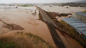 Estado en que ha quedado la vía de tren entre Malgrat de Mar y Blanes, por la crecida del río Tordera.