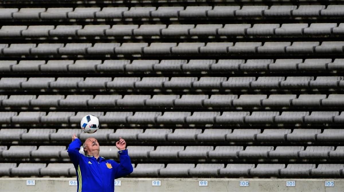 Vicente del Bosque juega con el balón durante el entrenamiento en Burdeos.
