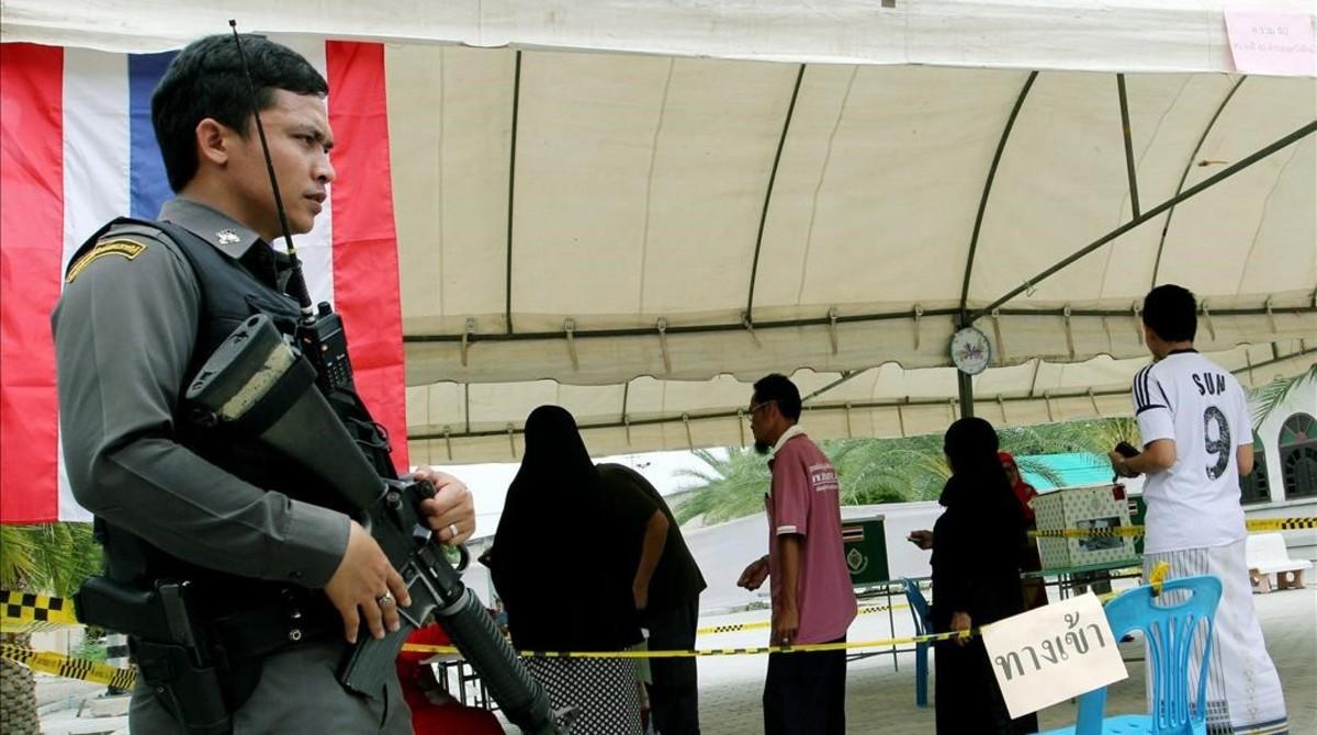 Vigilancia en un centro electoral en la provincia de Pattani.
